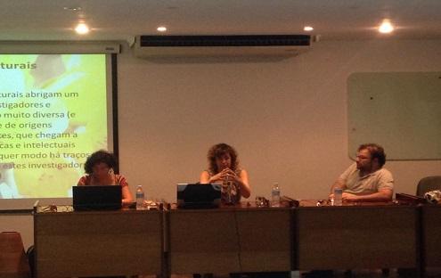 Foto Mesa Redonda Estudos Culturais, Globalização e Resistências (da esquerda para a direita: Larissa Latif, Maria Manuel Baptista e Silvio Figueiredo)