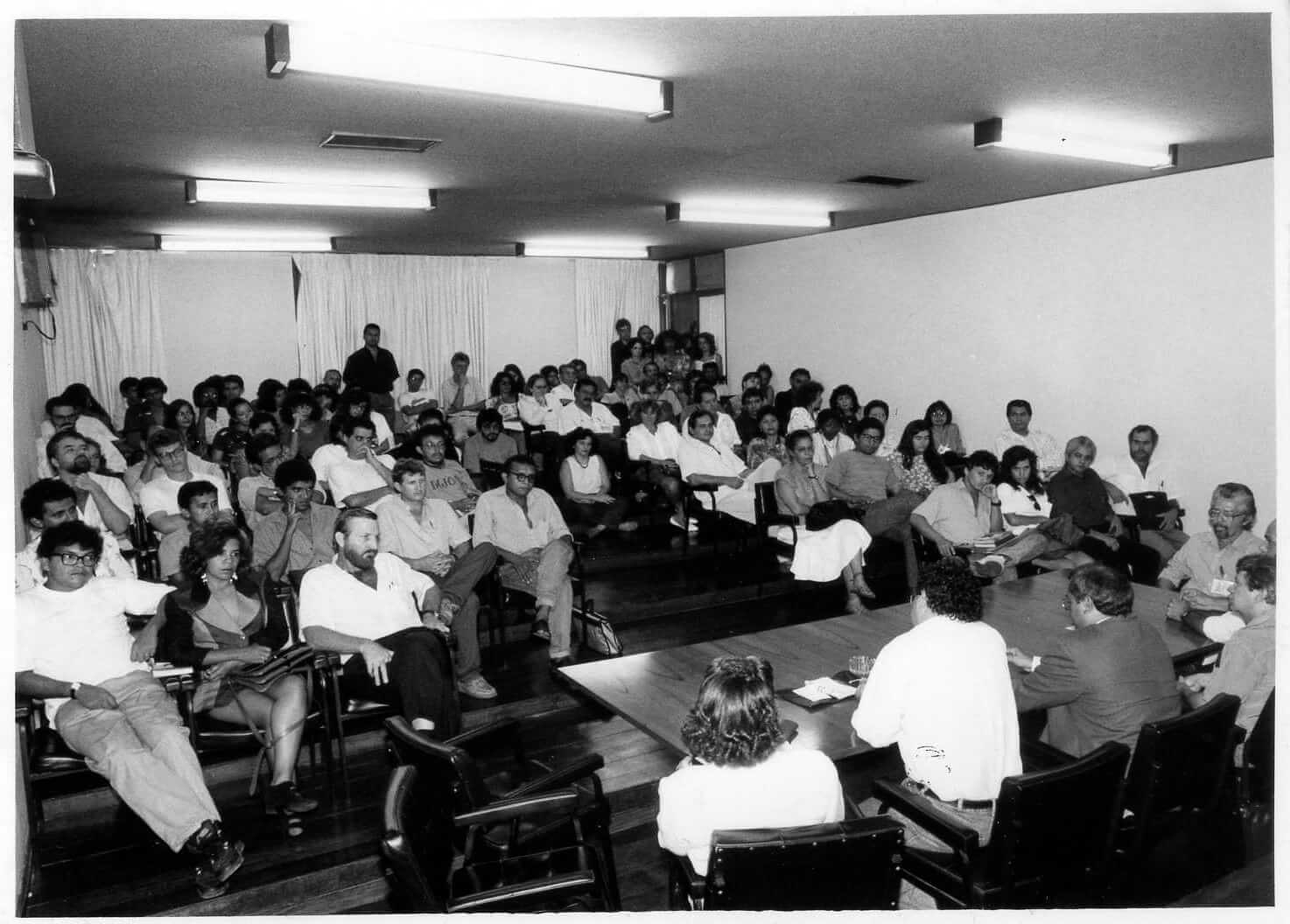 Foto Foto do auditório do NAEA, no centro da mesa, Prof. Francisco de Assis.