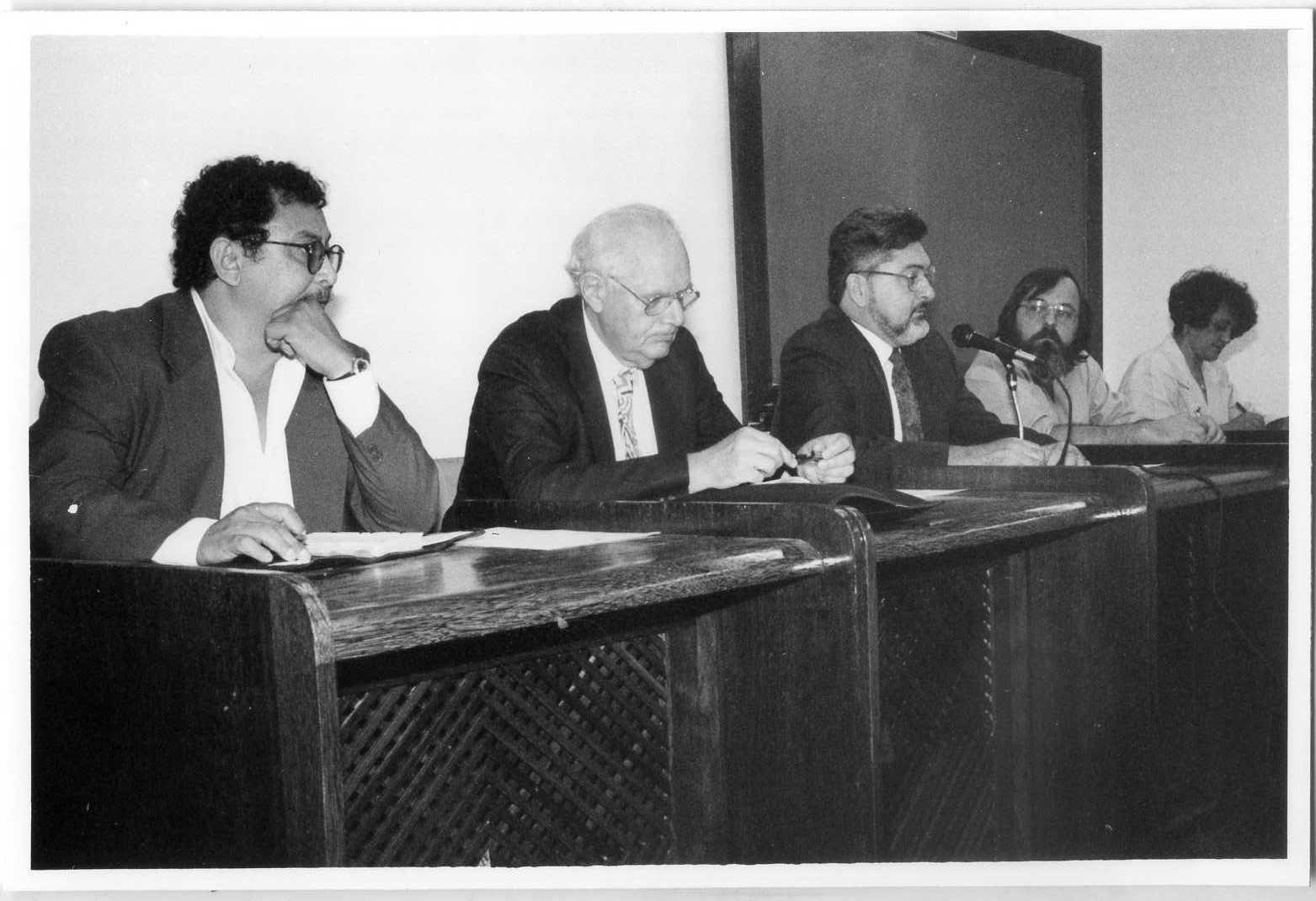 Foto Aula inaugural do Curso de Doutorado em Desenvolvimento Sustentável do Trópico Úmido -  NAEA (16-08-1994) (da esquerda para a direita, Prof. Francisco de Assis, Ignacy Sachs, Profª. Edna Castro)