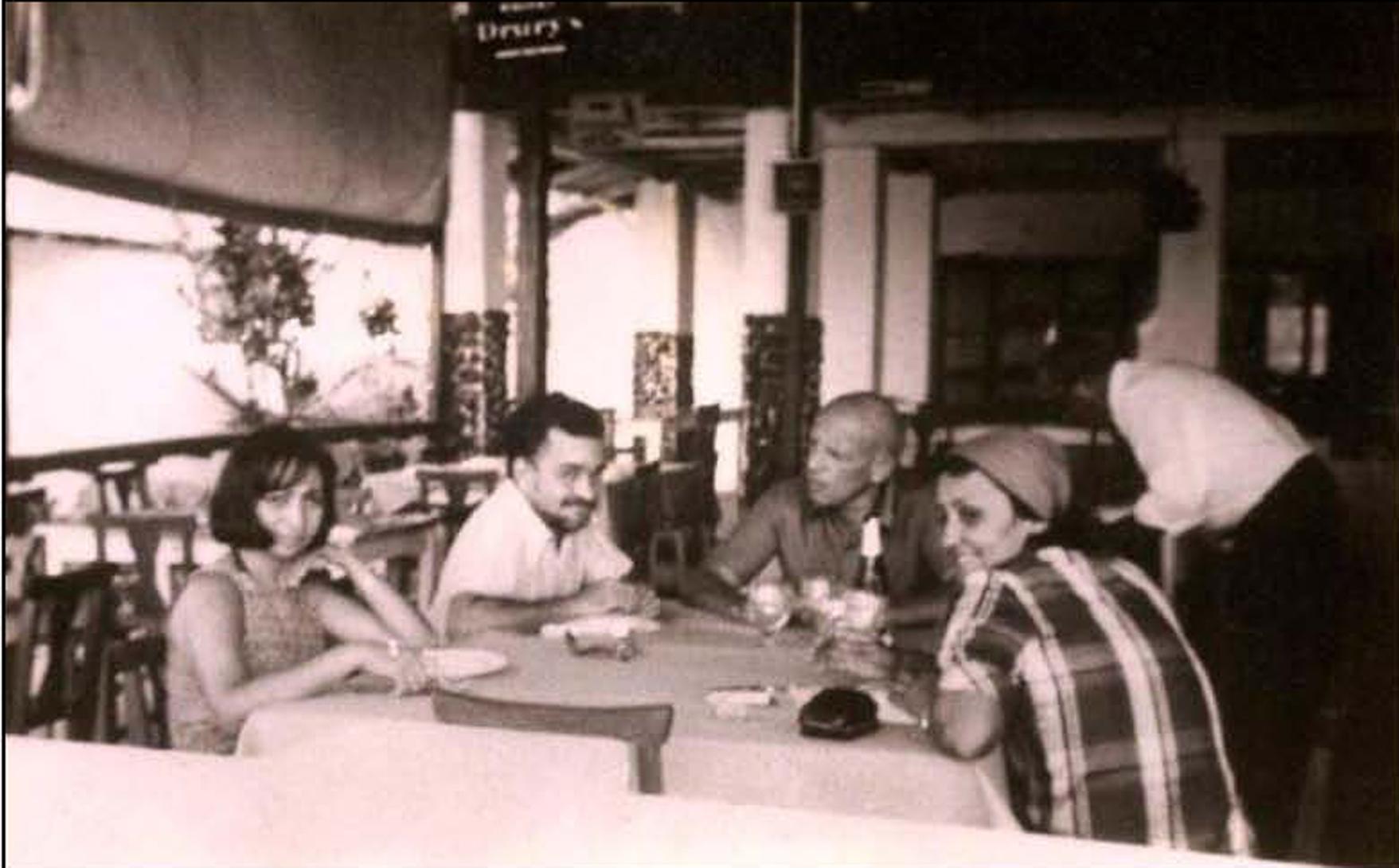 Foto Visita de Michel Foucault à Belém em 1975 -  Maria Sylvia e Benedito Nunes, Michel Foucault e Edna Castro, durante almoço.
