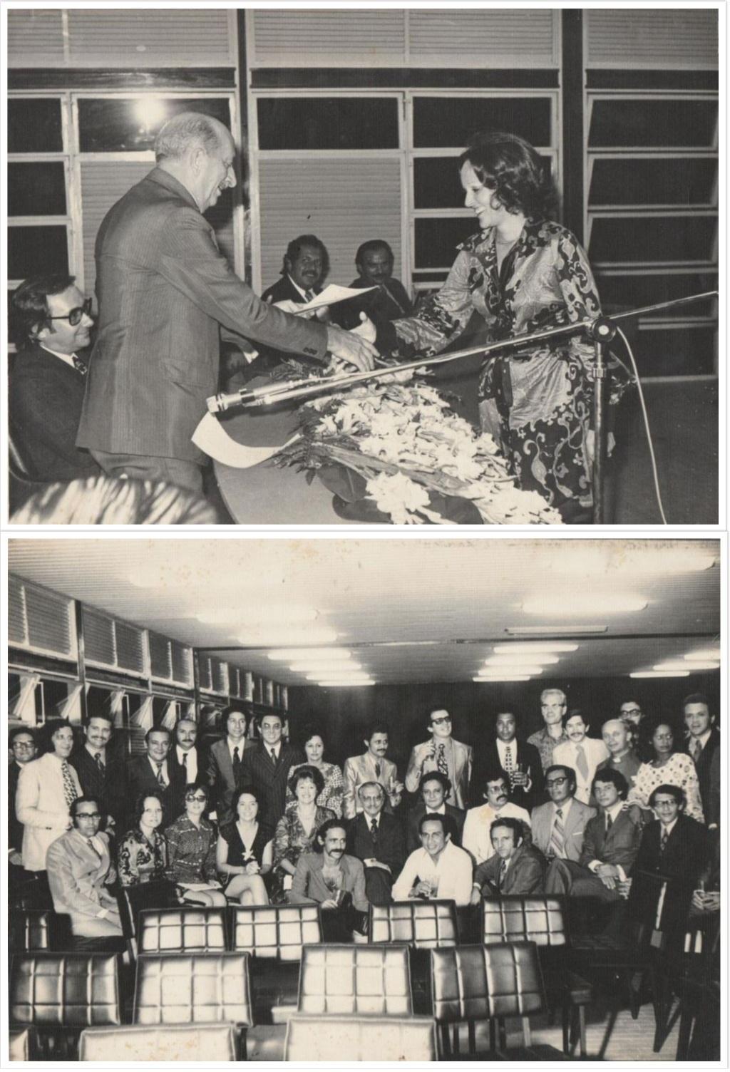 Foto Formatura Primeira Turma FIPAM, na imagem destaca-se Profª Maria Elvira (ICSA) recebendo o diploma.