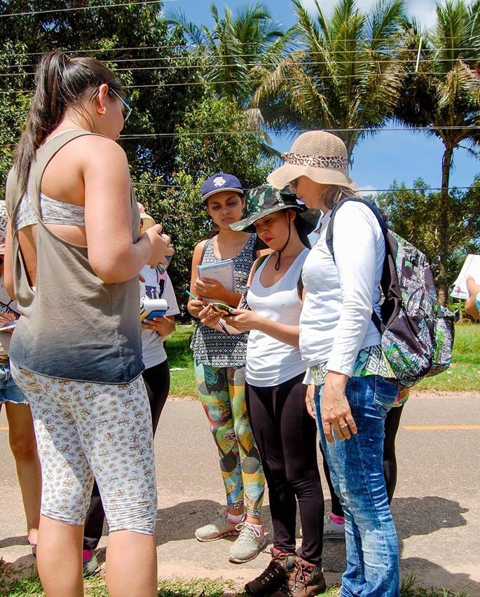 Foto Trabalho em campo de Especialização em Gestão Ambiental, na foto, professora Ponciana Freire