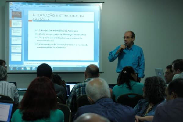 Foto Pesquisadores em reunião técnica do projeto Incubadora de Políticas Públicas na Amazônia (Reunião Técnica, na foto Prof. Fábio Carlos)